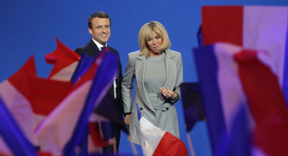 الرئيس الفرنسي إيمانويل ماكرون وزوجته بريدجيت خلال الحملة الانتخابية الفرنسية، 23 أبريل/ نيسان 2017