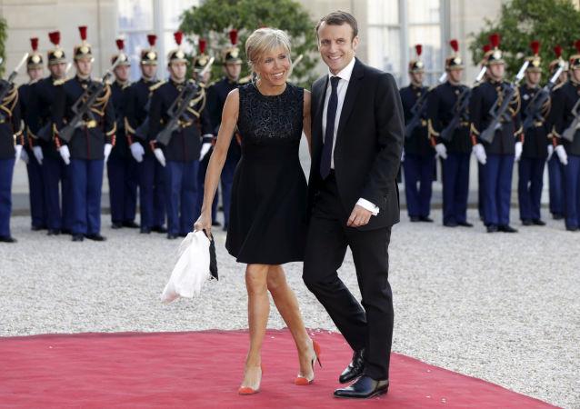 وزير الاقتصاد الفرنسي (حينئذ) إيمانويل ماكرون وزوجته بريدجيت يصلان قصر الإليزيه، 2 يونيو/ حزيران 2015