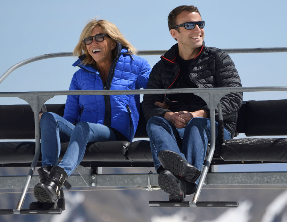 المرشح الفرنسي إيمانويل ماكرون وزوجته بريدجيت خلال زيارته لمنتجع بانيير دي بيغور في جبال البرانس، 12 أبريل/ نيسان 2017