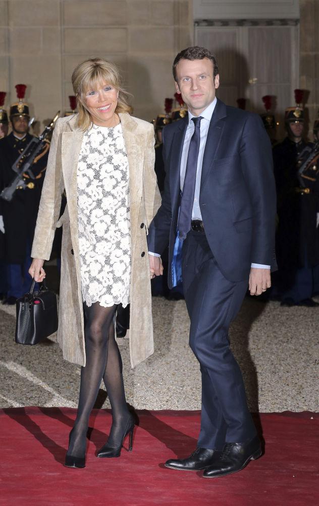 وزير الاقتصاد الفرنسي (حينئذ) إيمانويل ماكرون وزوجته بريدجيت في قصر الإليزيه، 10 مارس/ آذار 2016
