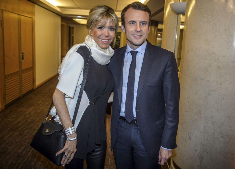 المرشح للانتخابات  الرئاسية الفرنسية إيمانويل ماكرون وزوجته بريدجيت يصلان المجلس التمثيلي لجمعيات فرنسا اليهودية في باريس ، 22 فبراير/ شباط 2017