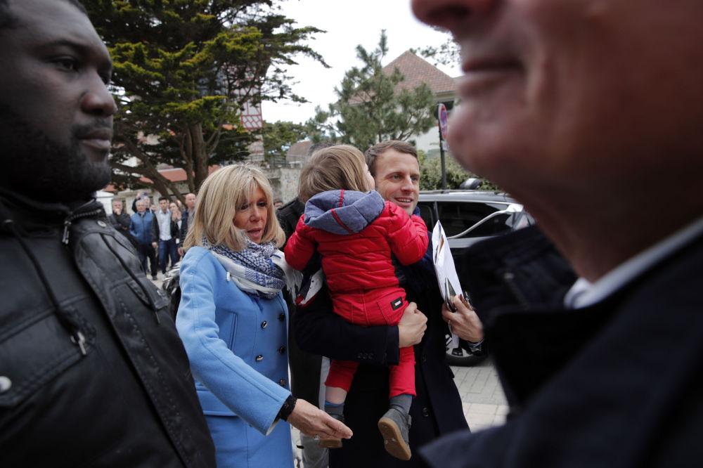 المرشح للانتخابات الرئاسية الفرنسية إيمانويل ماكرون وزوجته بريدجيت يصلان منزلهما في لو توكيت باريس بلاج شمال فرنسا ، 22 أبريل/ نيسان 2017