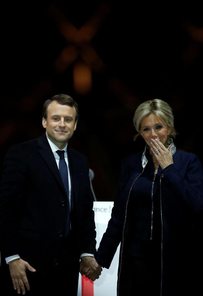 إيمانويل ماكرون وزوجته بريدجيت يحيان جمهورهما بعد الفوز بالانتخابات الرئاسية الفرنسية،7 مايو/ آيار 2017