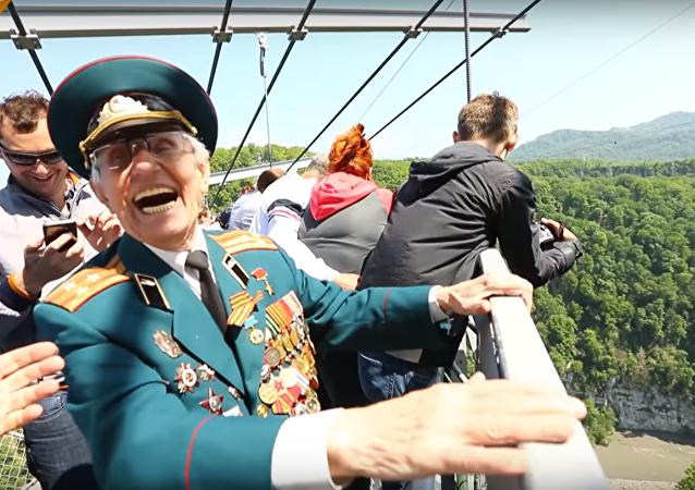 شاهد...محاربون قدامى روس يقفزون من أعلى أرجوحة في العالم احتفالا بالنصر