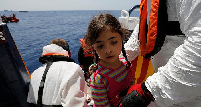 إغاثة طفلة من قارب هجرة قبالة مالطا