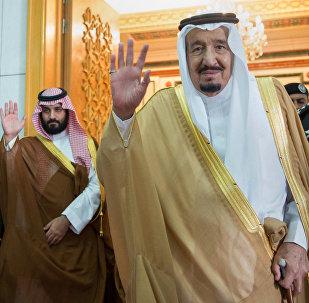 الملك السعودي سلمان عبد العزيز مع وزير الدفاع السعودي  الأمير محمد بن سلمان في الرياض في 5 أبريل، 2017