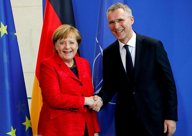 الأمين العام لمنظمة حلف شمال الأطلسي (الناتو)، جينز ستولتنبرغ والمستشارة الألمانية أنغيلا ميركل