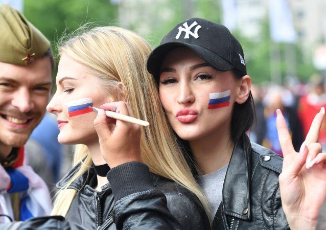 المشجعون الروس قبل بدء بطولة العالم للهوكي-2017 بين روسيا وإيطااليا