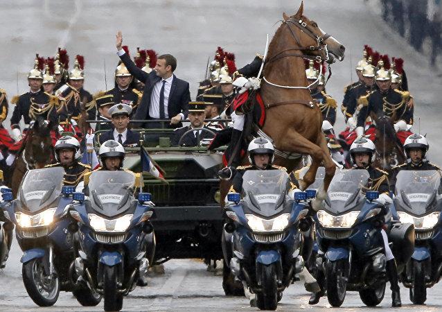 الرئيس الفرنسي إيمانويل ماكرون يتجه إلى قصر الإليزيه، 14 مايو/ آيار 2017