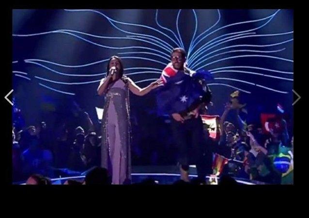 مراسل تليفزيوني يقتحم حفل غنائي