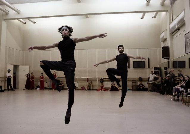 رقص الباليه في مصر - أحمد نبيل (يسار) وهاني حسان خلال التدريبات في دار الأوبرا بالقاهرة