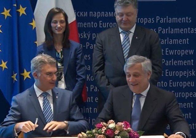 ردة فعل الرئيس الأوكراني بعد توقيع قانون الغاء الفيزا مع الاتحاد الأوروبي