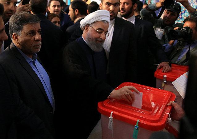 حسن روحاني يدلي بصوته في انتخابات إيران