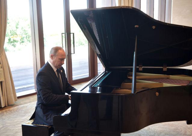 الرئيس الروسي فلاديمير بوتين يعزف على البيانو قبيل اجتماعه بالرئيس الصيني قبيل المنتدى الدولي العالمي الحزام والطريق في العاصمة بكين