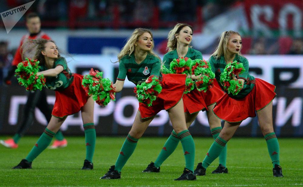 فتيات تشجيع لفريق لوكوموتيف خلال بطولة روسيا لكرة القدم