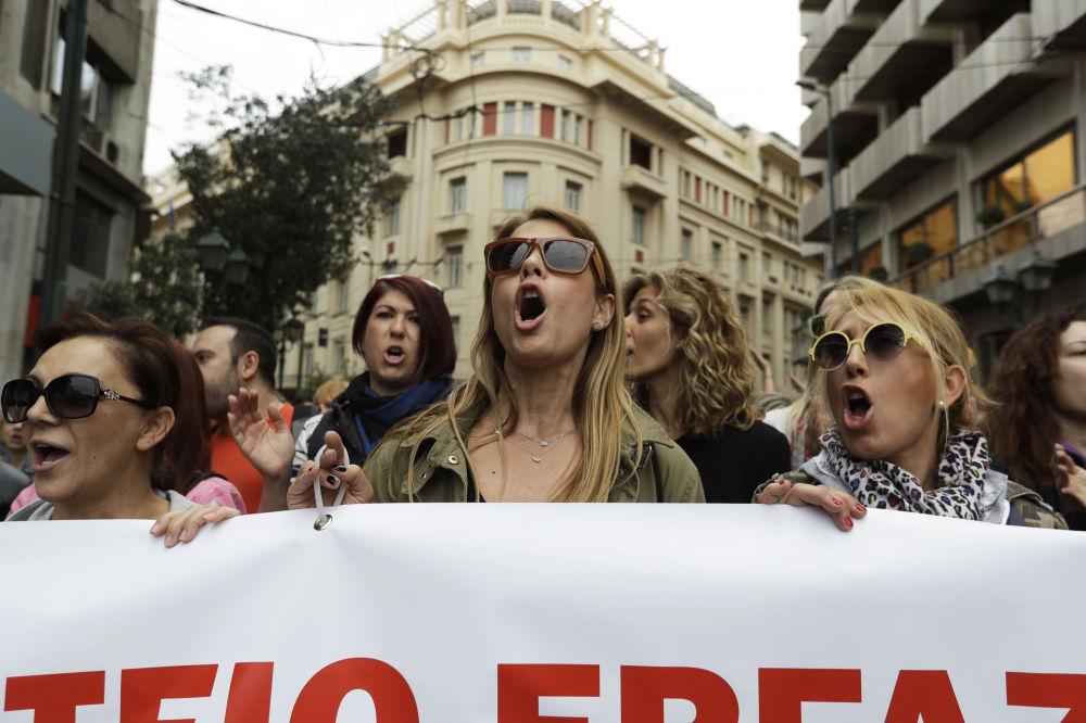 فتيات خلال مظاهرات الاضراب العام في أثينا، اليونان 17 مايو/ آيار 2017
