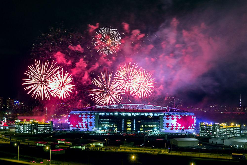 ألعاب نارية فوق ملعب أوتكريتايا أورينا بمناسبة الاحتفال بفوز فريق سبارتاك موسكو على فريق تيريك وتتويجه بلقب بطل الدوري للمرة الـ 11.