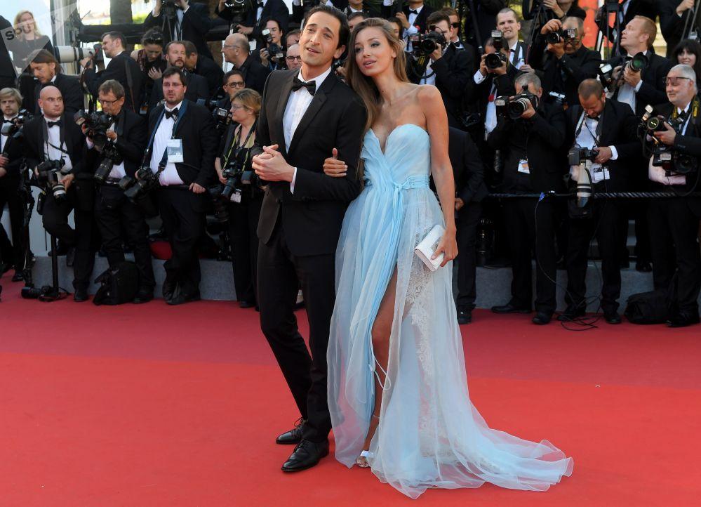 الممثل إدريان برودي وعارضة أزياء لارا ليتو خلال مراسم افتتاح الحفل الـ 70 لمهرجان كان السينمائي، فرنسا 17 مايو/ آيار 2017