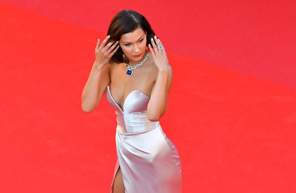 عارضة أزياء بيللا حديد خلال مراسم افتتاح الحفل الـ 70 لمهرجان كان السينمائي، فرنسا 17 مايو/ آيار 2017