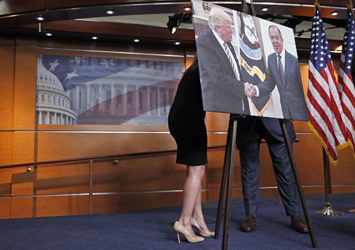 صورة الرئيس دونالد ترامب يصافح وزير الخارجية الروسي سيرغي لافروف في الكونغرس الأمريكي، 17 مايو/ آيار 2017