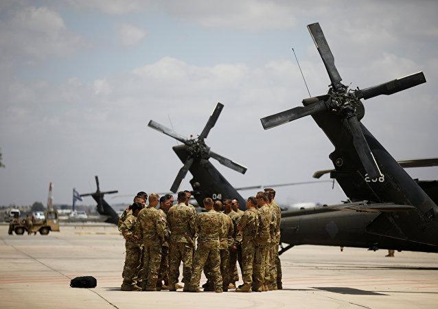 جنود أمريكيون إلى جوار طائرات البلاك هوك في مطار بن غورين قبل وصول ترامب