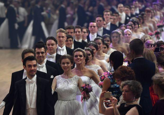المشاركون في حفل فيينا للرقص في قصر الضيافة بموسكو