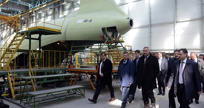 نائب رئيس الوزراء دميتري روغوزين يتفقد مصنعا للطائرات