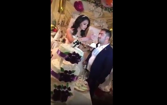 عريس تركي يخالف العادات والتقاليد أثناء حفل الزفاف