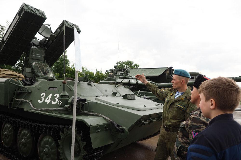 معرض عسكري خلال مسابقة فريق الإنزال-2017 في الحقل العسكري راييفسكي في نوفوروسييسك، روسيا