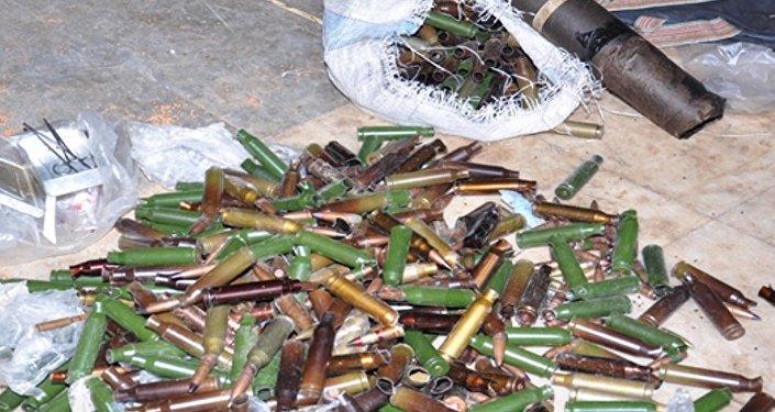 العثور على معمل لتصنيع العبوات والقذائف وأسلحة ثقيلة ومشفى ميداني للإرهابيين في حي الوعر