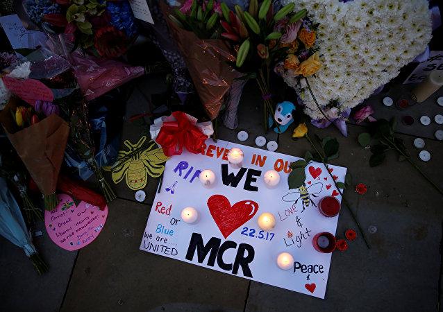 الزهور والشموع في مكان تفجير مانتشستر
