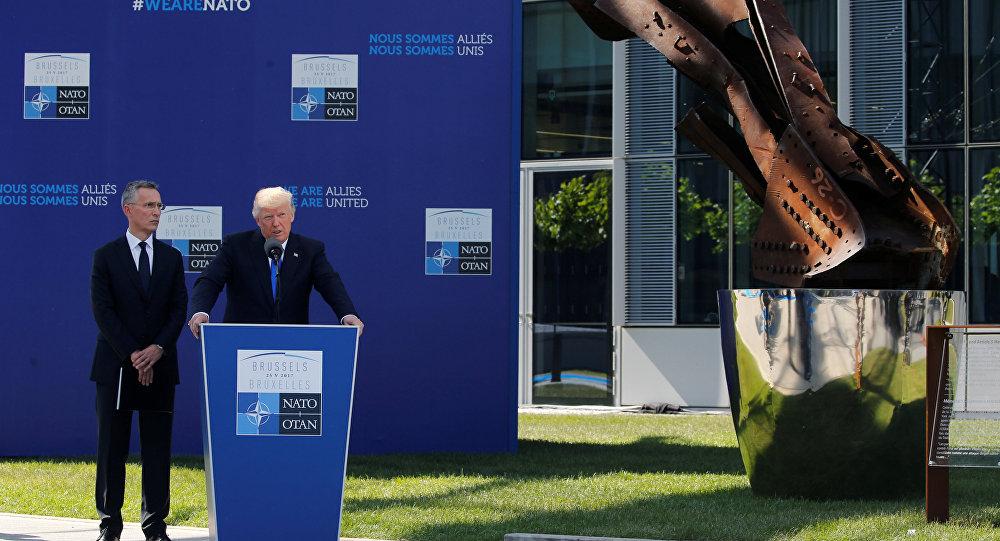 الرئيس الأمريكي ترامب يتحدث إلى جانب الأمين العام لحلف الناتو ينس ستولتنبرغ في بداية قمة الناتو