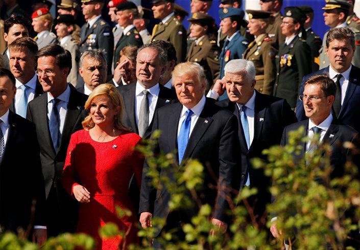 ترامب يسير إلى جوار رئيسة كرواتيا