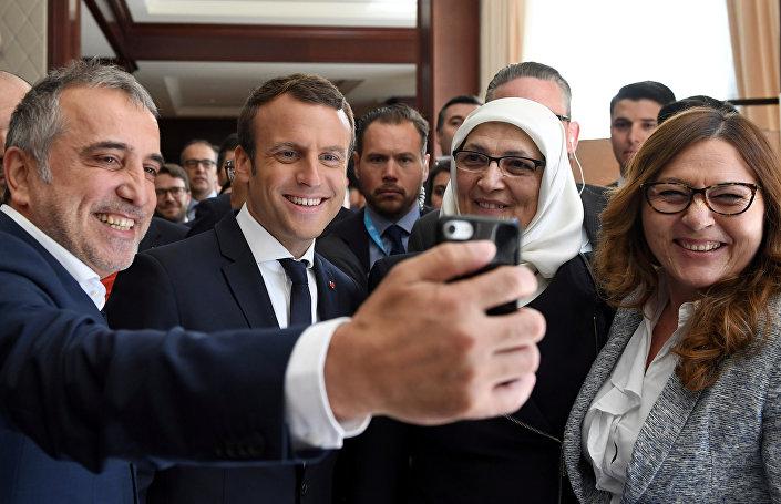 سيلفي للرئيس الفرنسي إيمانويل ماكرون مع أعضاء الوفد التركي في بروكسيل