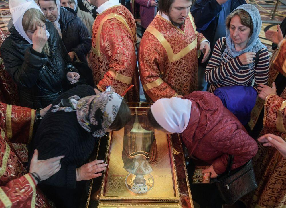 المسيحيون يقبلون على كنيسة المسيح المخلص بموسكو لرؤية تابوت مع رفات القديس نيكولاس