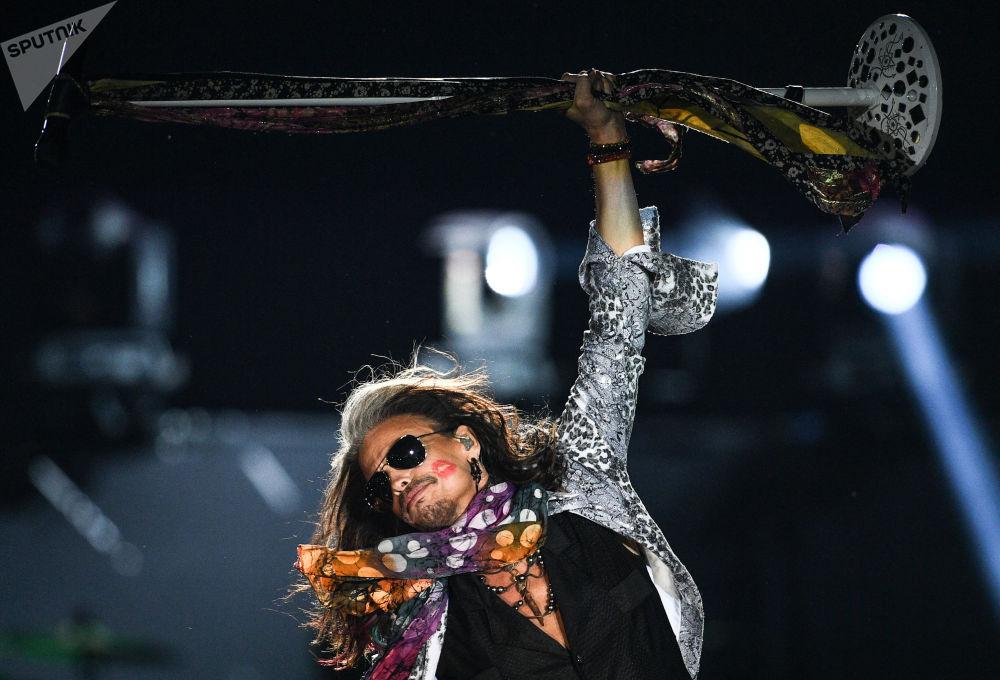 عضو الفرقة الغنائية آيروسميث (Aerosmith ) ستيفين تايلير خلال الأداء في حفله الموسيقي في ملعب أوليمبيسكي بموسكو
