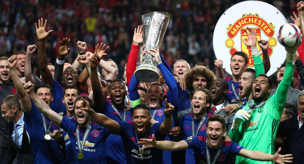 لاعبو فريق مانشستر يونايتد لكرة القدم يحتفلون فوزهم بكأس الدوري الأوروبي، السويد 24 مايو/ آيار 2017