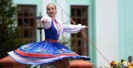 إحدى المشاركات في مهرجان كارافان الروسي في قرية روسكوي نيكولسكوي بحي لايشيفسكي، تتارستان