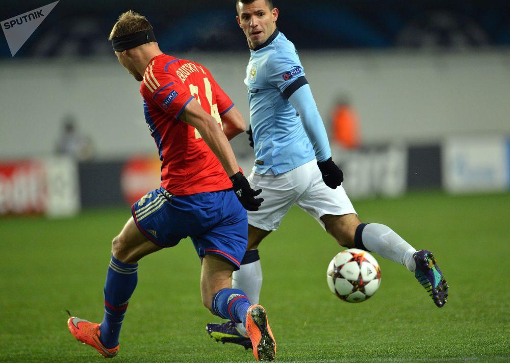 لاعب تسي اس كا الروسي فاسيلي بيريزوتسكي (يسار) ولاعب مامشستر يونايتد سيرخيو أغويرو