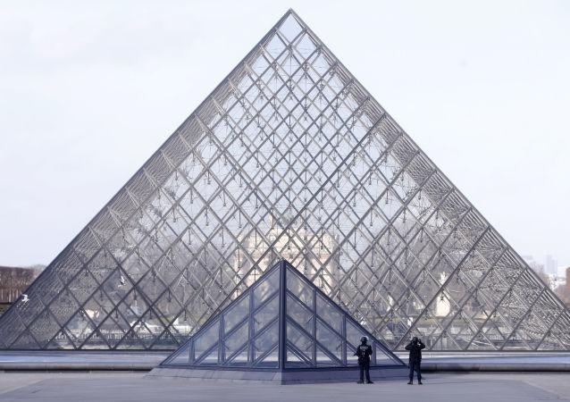 مجسم هرم متحف اللوفر
