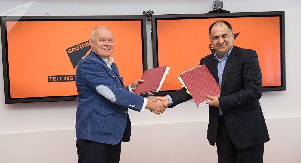 مدير عام وكالة الأنباء الدولية روسيا سيغودنيا السيد دميتري كيسيليوف، ومن الجانب الإيراني مدير عام وكالة إرنا محمد خدادي