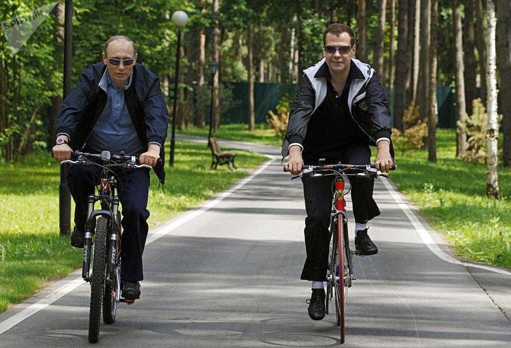 رئيس روسيا (حينئذ) دميتري مدفيديف ورئيس الوزراء (حينئذ) فلاديمير بوتينخلال لقاء غير رسمي في ضاحية موسكو