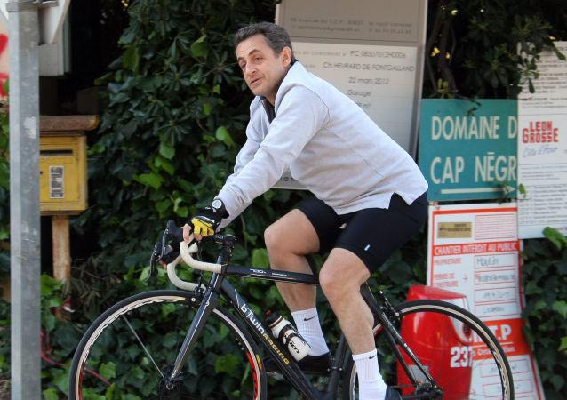 رئيس فرنسا (حينئذ) نيكولاس ساركوزي خلال ركوب دراجته في كافاليير، فرنسا 8 أبريل/ نيسان 2017