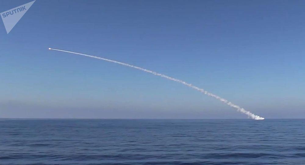 الغواصة كراسنودار التابعة للقوات البحرية الروسية تضرب بصواريخ كاليبر مواقعا بالقرب من تدمر، سوريا