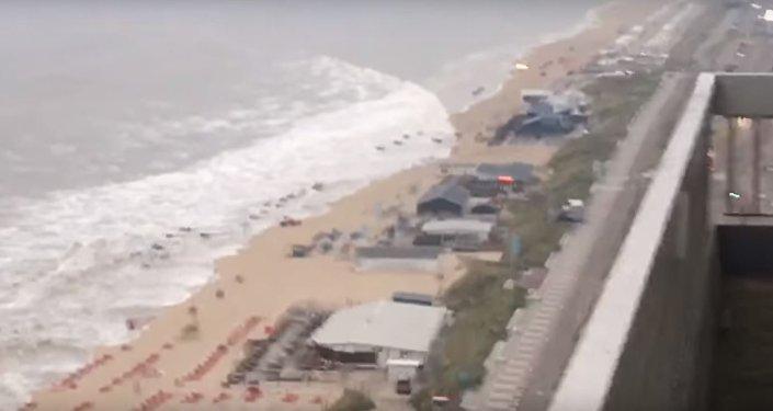 موجة عالية تضرب سواحل هولندا