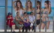 نساء في محطة الحافلات العامة بمدريد،