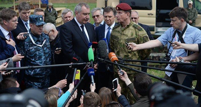 روغوزين يتحدث للصحفيين