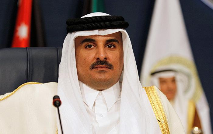 أمير قطر يلعب كرة القدم مع الأطفال (فيديو)