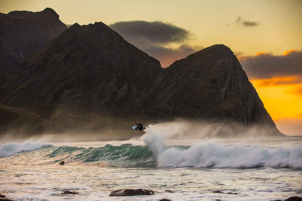 ركوب الأمواج في في جزر لوفوتن، النرويج