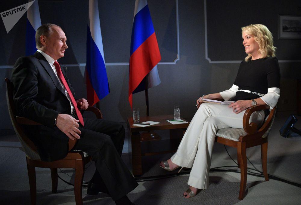 الرئيس الروسي فلاديمير بوتين خلال المقابلة التلفزيونية مع الصحافية الأمريكية لقناة NBC News ميغان كيلي ، سان بطرسبورغ، روسيا 3 يونيو/ حزيران 2017